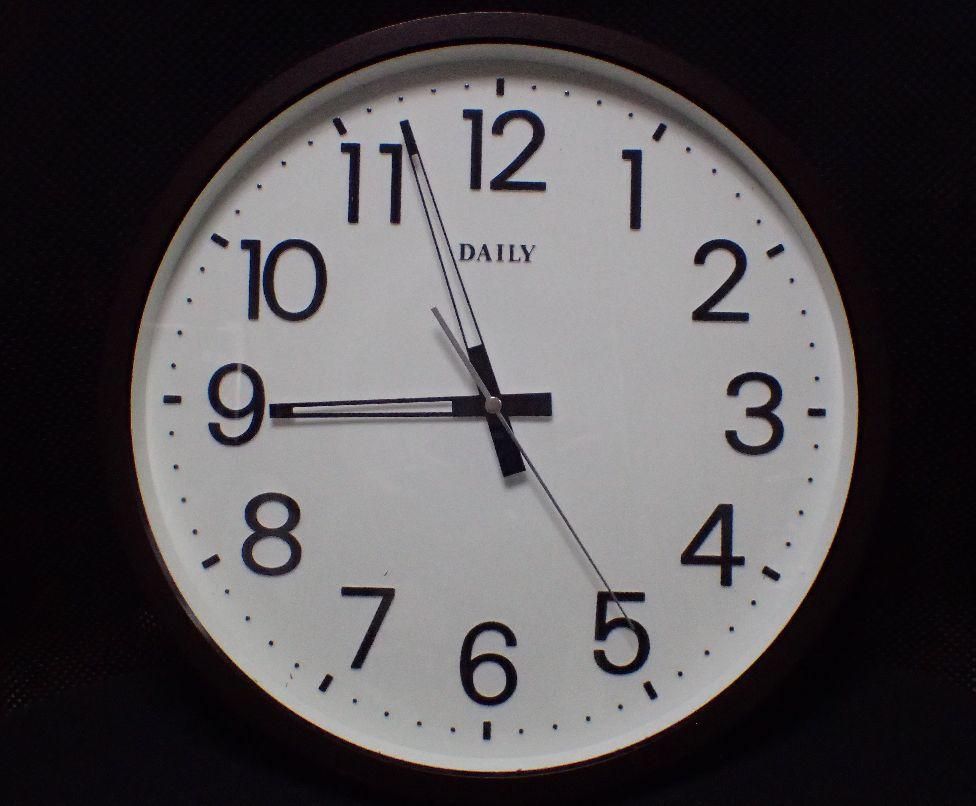 電池交換を終えて無事に時を刻みだした壁時計