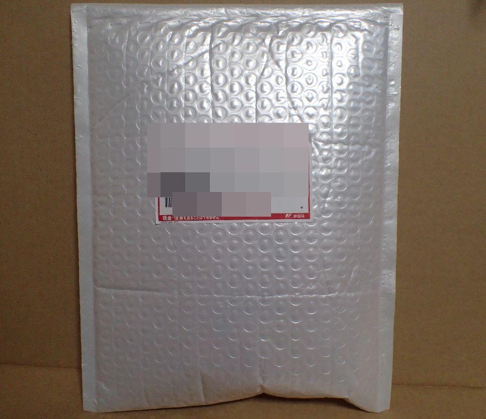 郵便ポストに届いた荷物・封筒の写真
