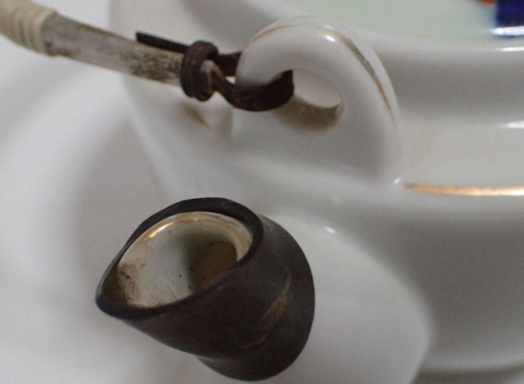 急須の先端・注ぎ口が割れているので敢えてビニールキャップ(急須口)を付けたまま使用している