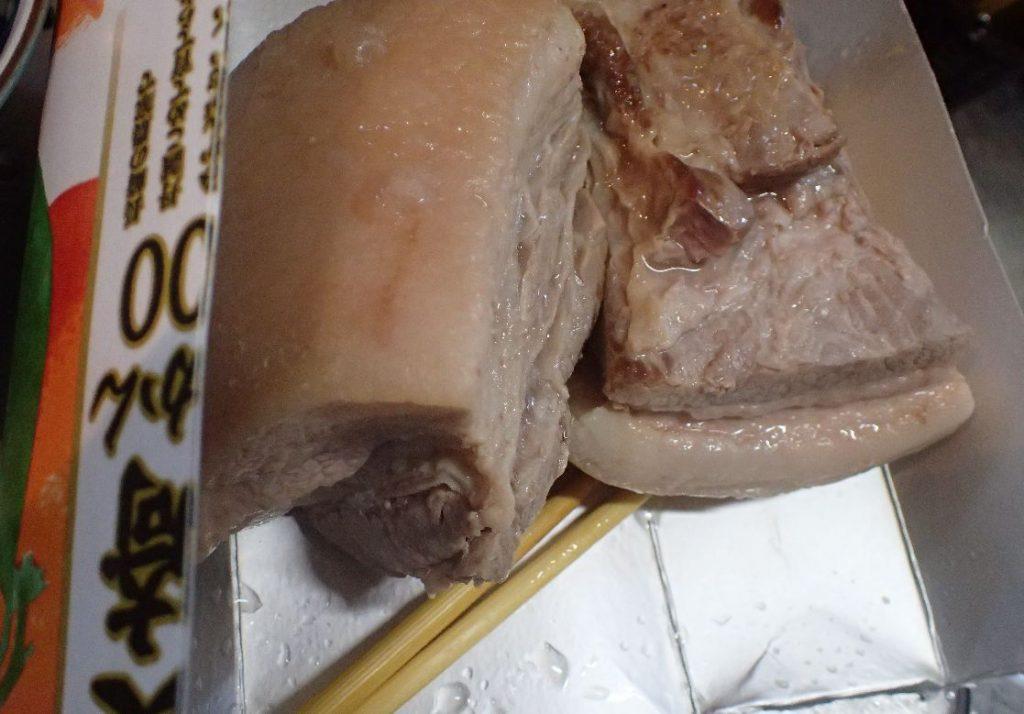 牛乳パックまな板の上で三枚肉をラフティー(豚角煮)用に切り分ける