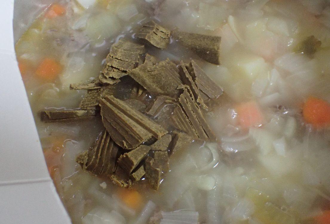 刻んだ固形のカレールウを鍋に入れ、フタをして30秒から1分放置すると溶かしやすい