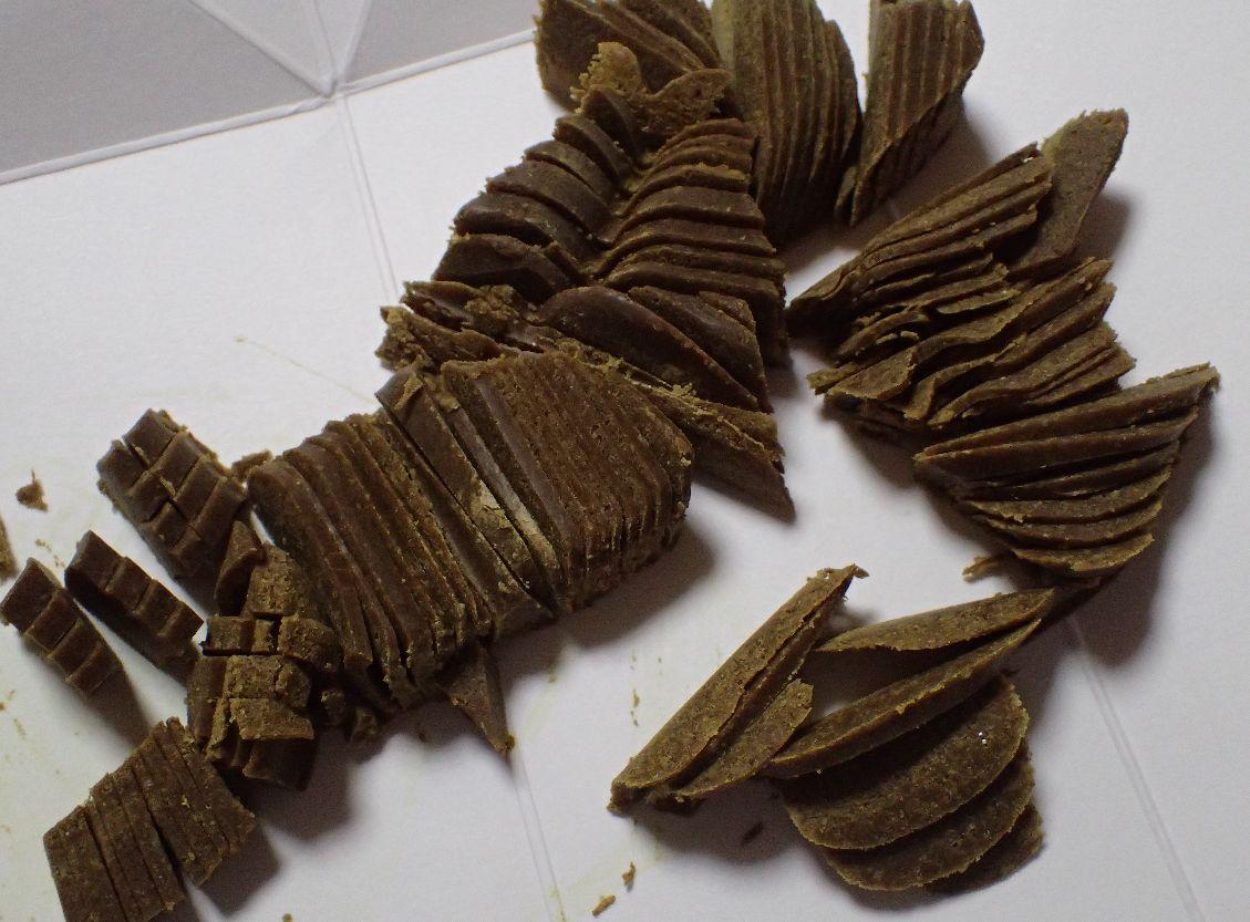 固形のカレールウを包丁でみじん切り