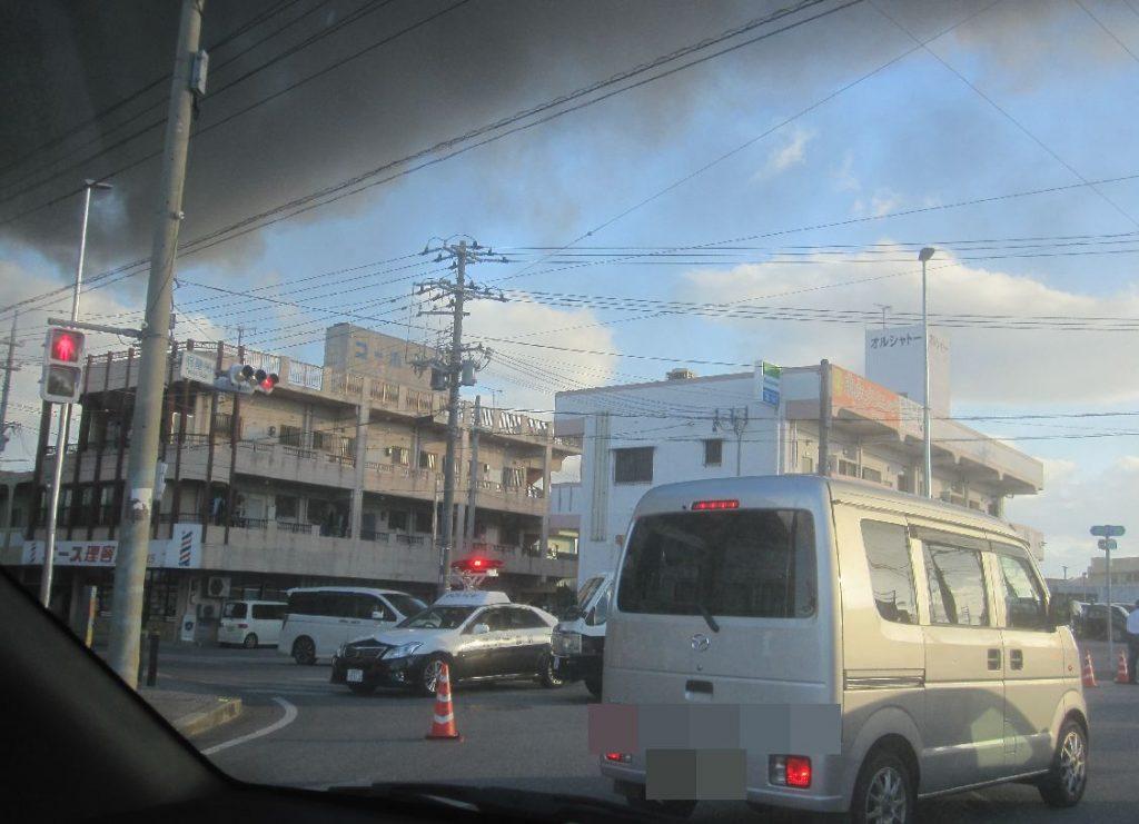渋滞する交差点で警察車両(パトカー)が交通規制をする様子