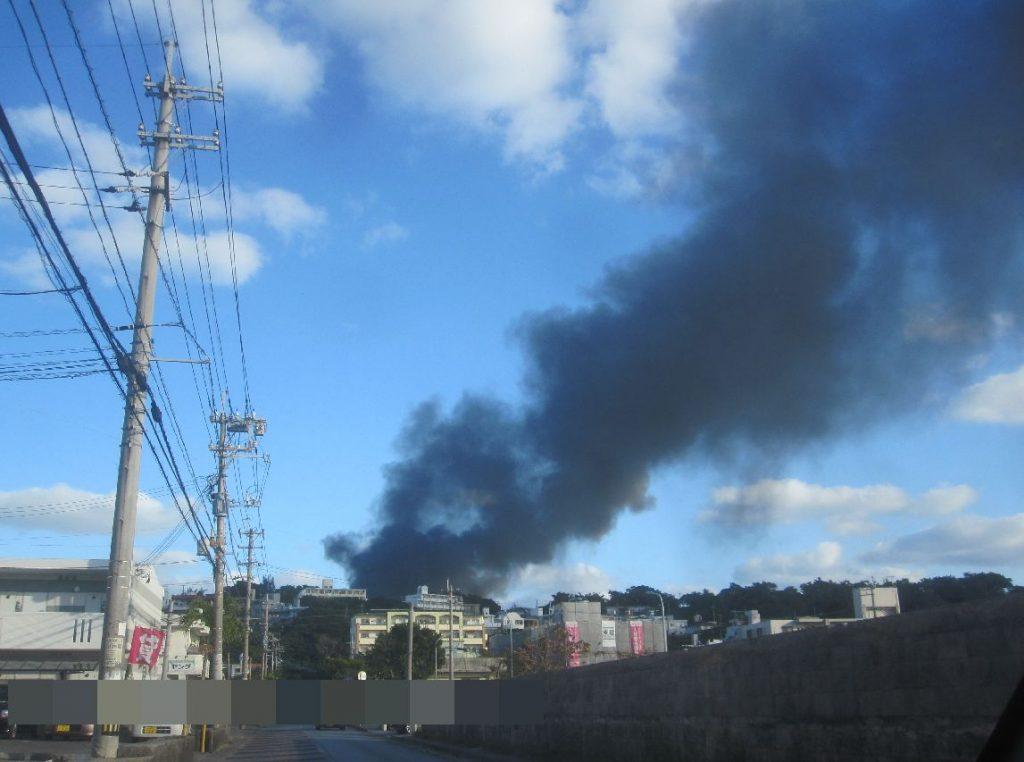 空に黒煙が上がり異様な光景を撮影した写真