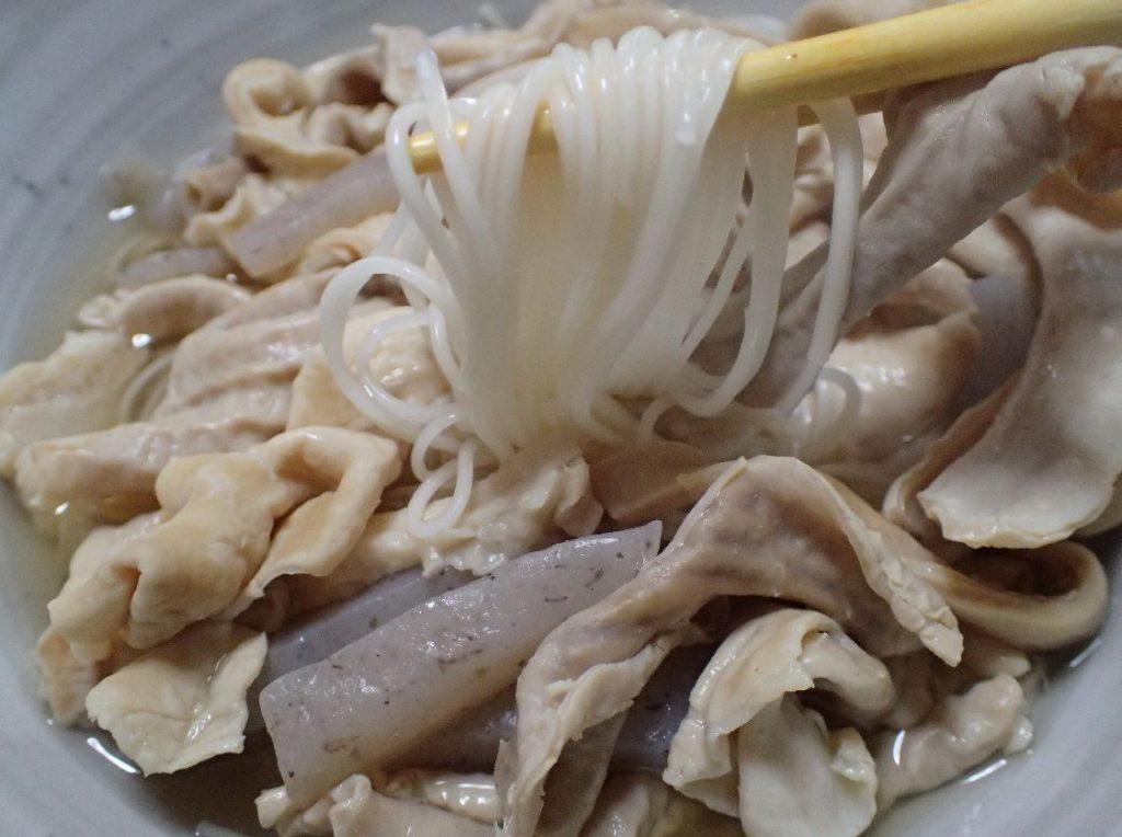 沖縄家庭料理の中味汁に手延素麺(そうめん)を加えると絶品である
