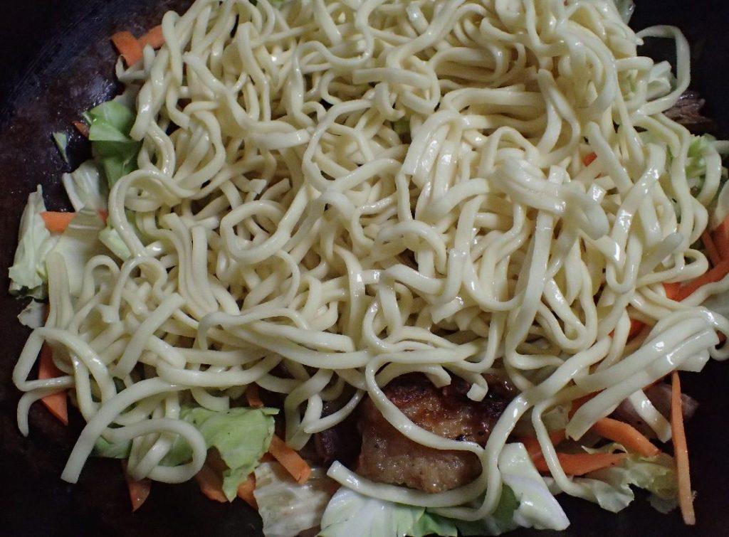 野菜チャンプルーに沖縄そば麺を投入する
