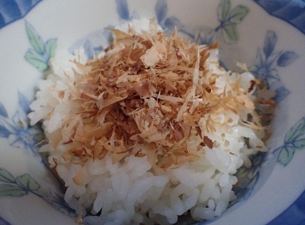 白いご飯の上に好みの量の削り節をのせる