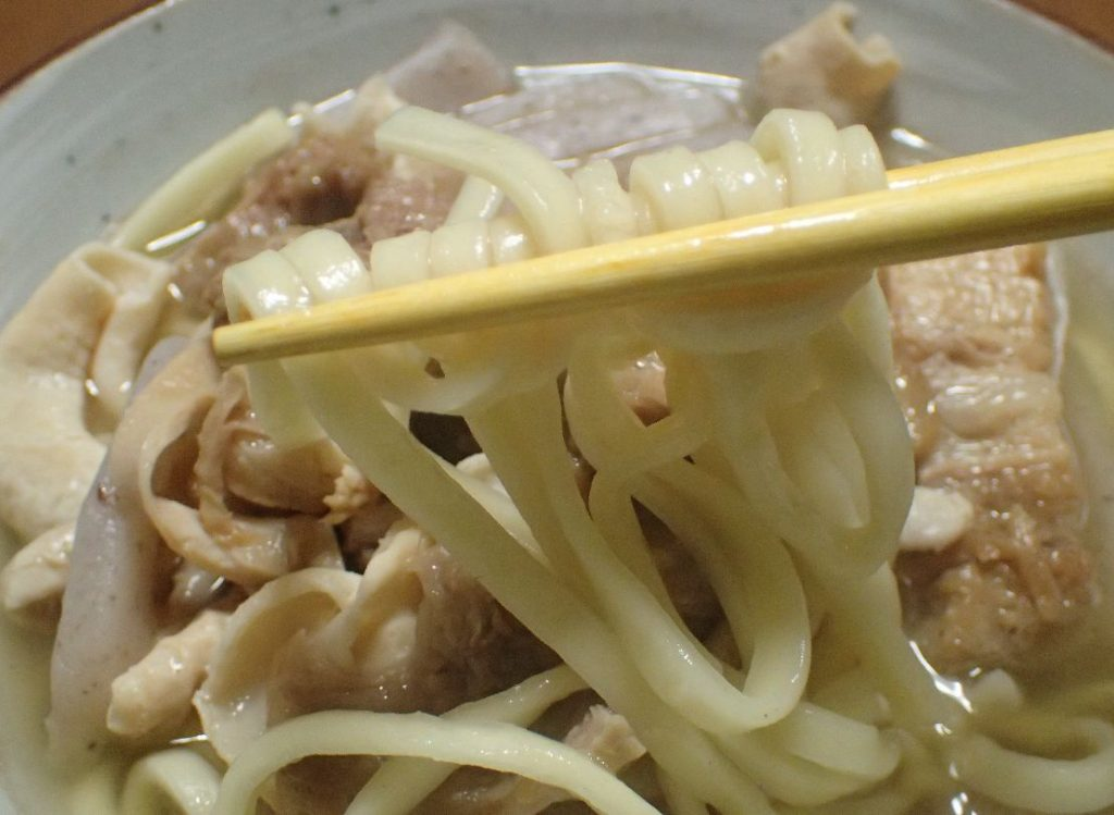 沖縄そば麺を箸で持って食べる瞬間