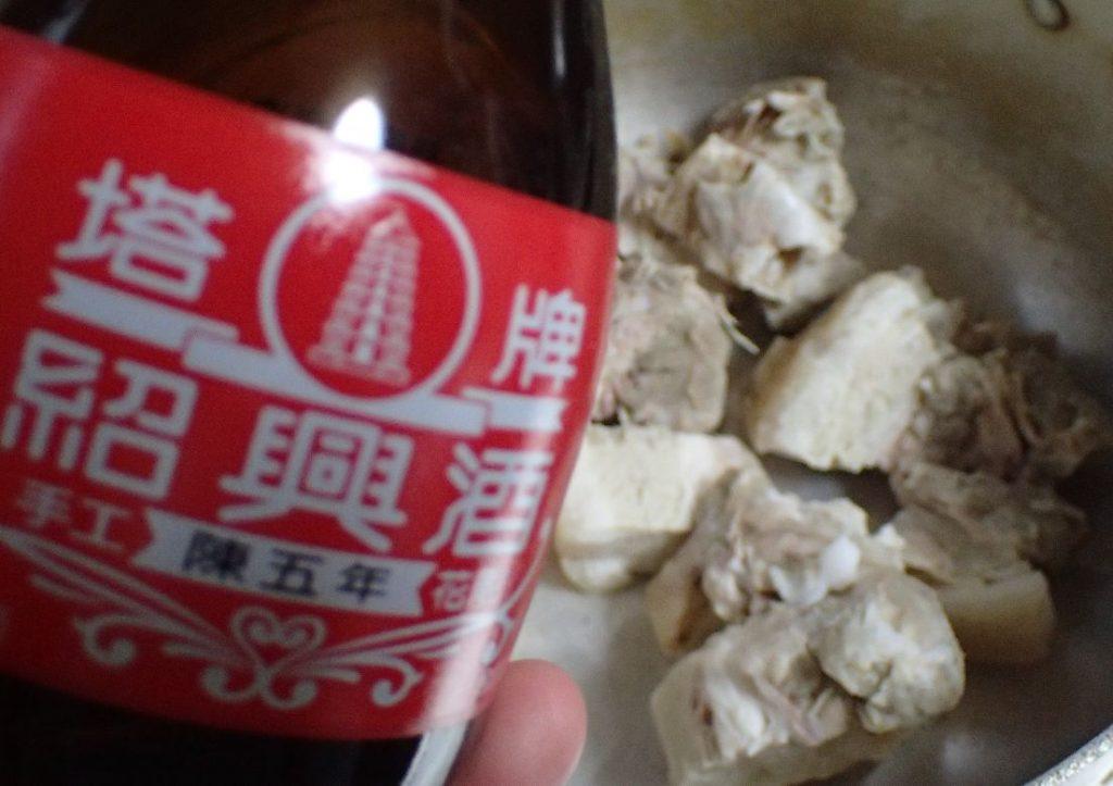紹興酒を使って豚の角煮(ラフテー)を作る