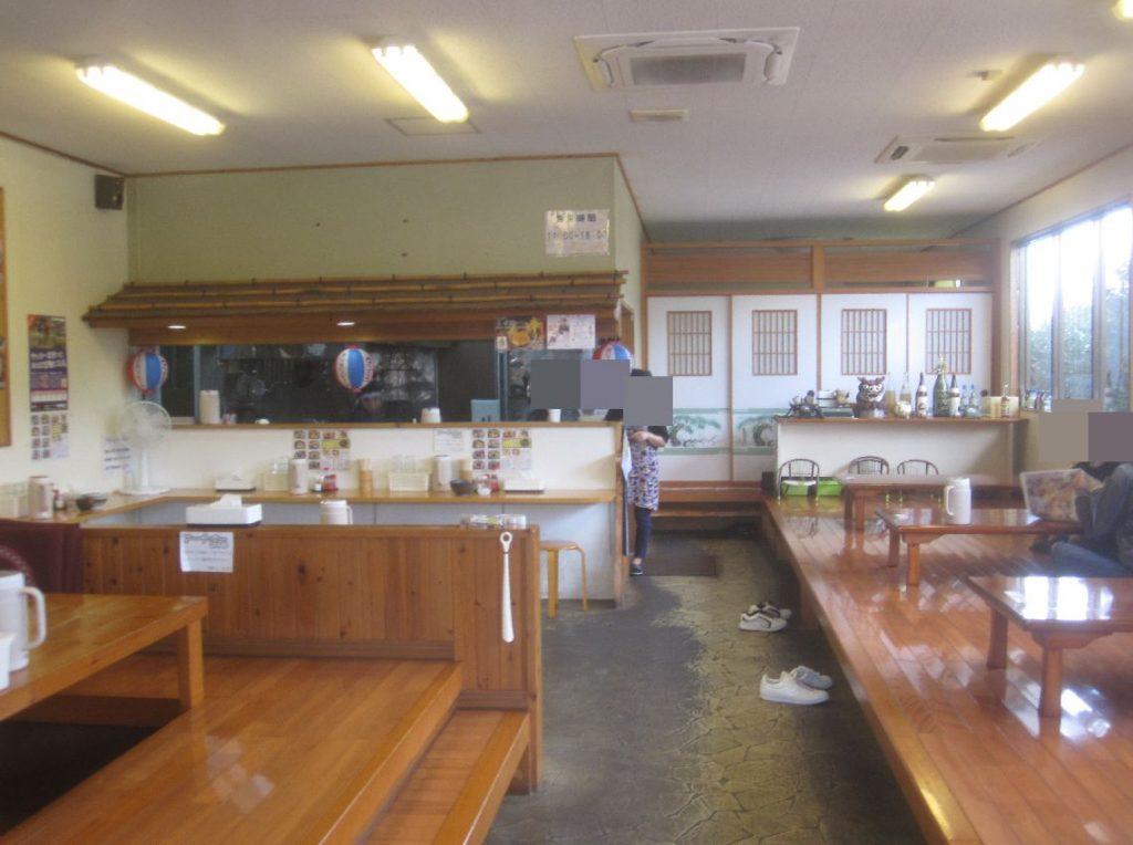 左右に座敷席、テーブル・カウンター席が設けられた店内