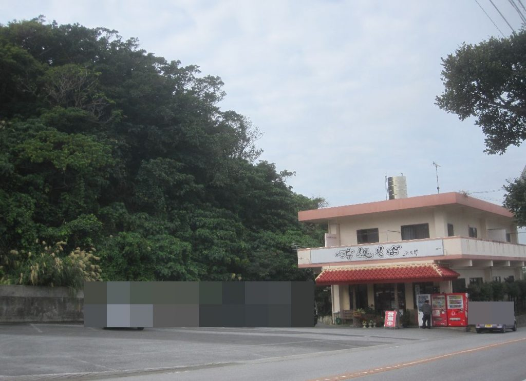 山に囲まれた静かな立地に出し入れしやすい駐車場スペースが設けられている