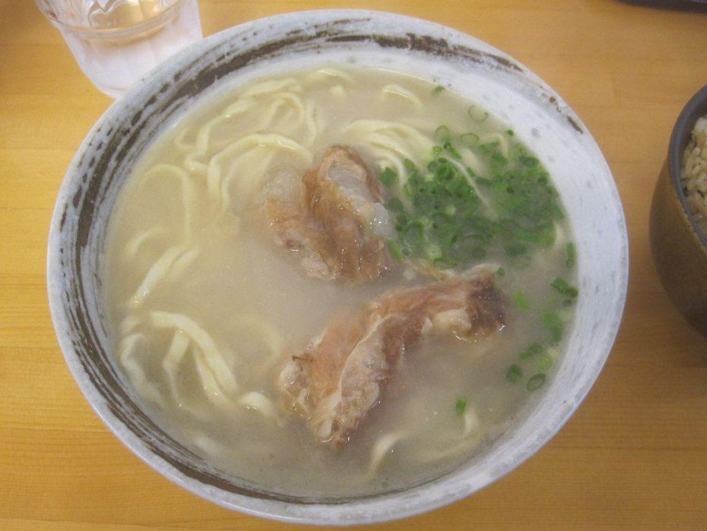 白濁した出汁スープに浮かぶ軟骨ソーキ