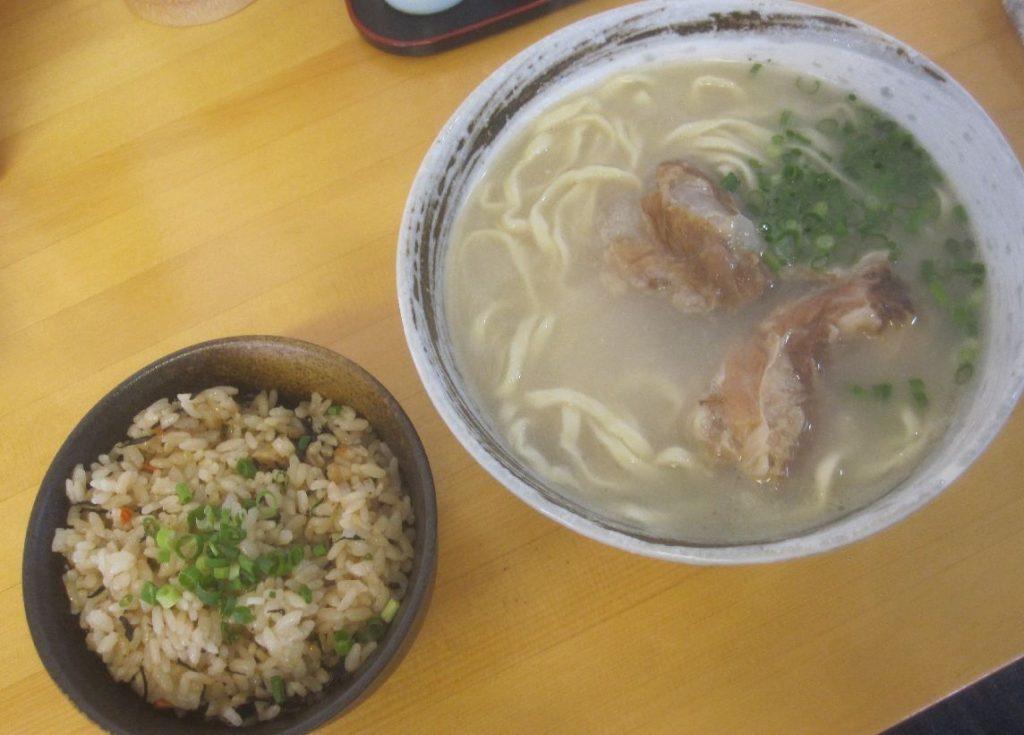 オススメの軟骨ソーキそば(中)と沖縄風炊き込みご飯ジューシー