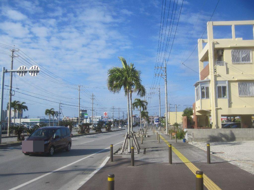 沖縄県豊見城市与根の沖縄アウトレットモールあしびなーへ続く道