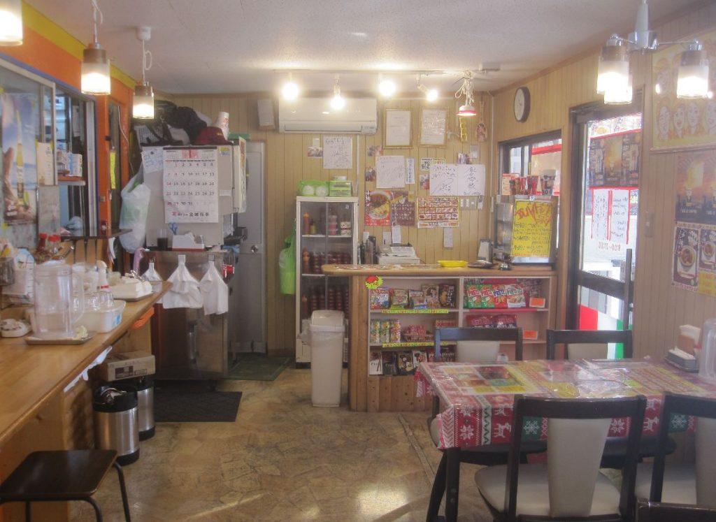 店内は色鮮やか、カラフルなメニューやポップで壁がびっしり