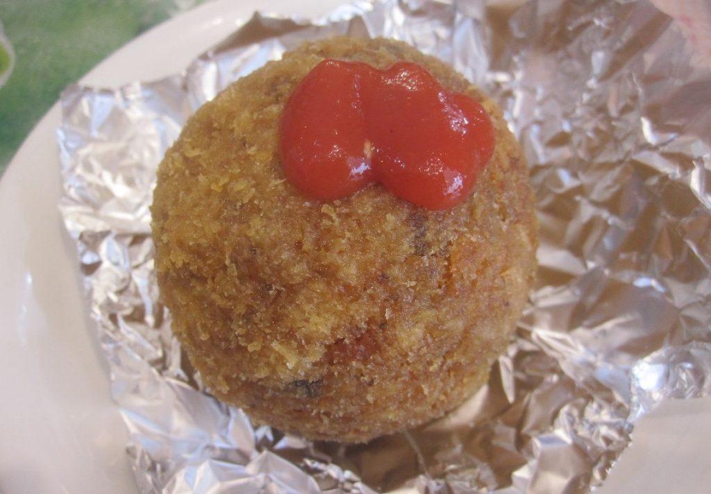 チリソースをかけて食べるタコライスボール