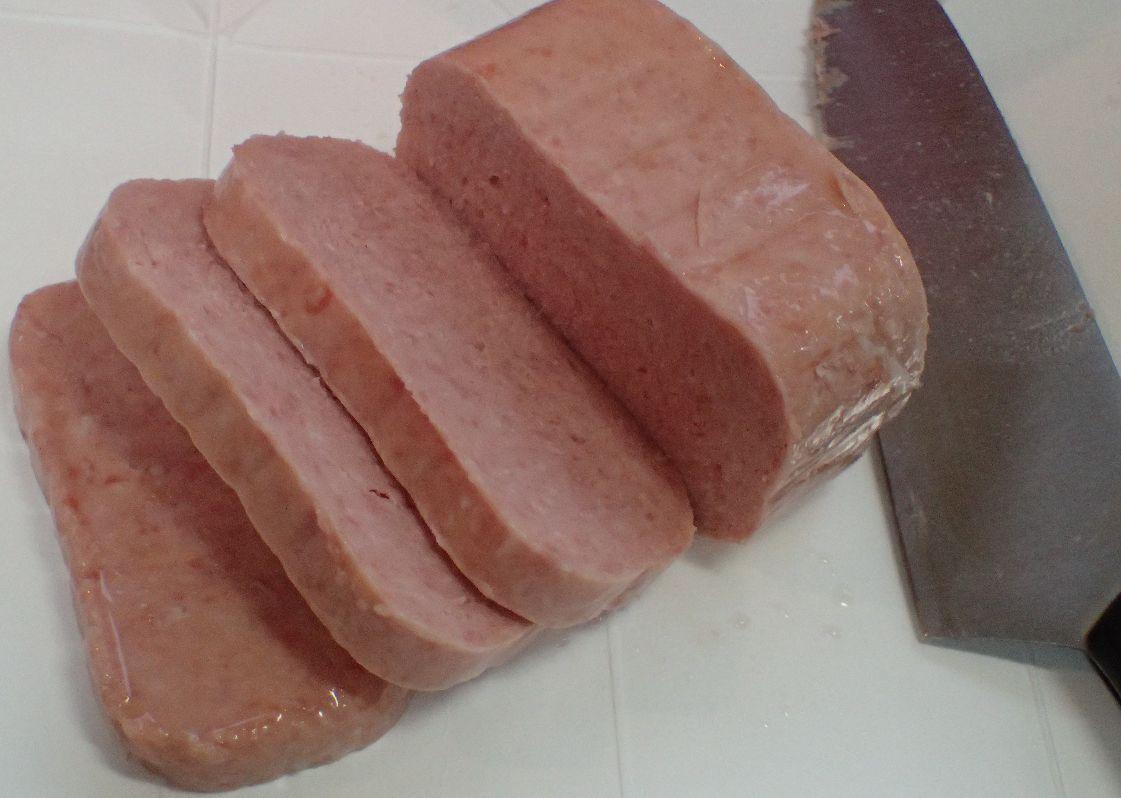 包丁で少し厚めにSPAM(スパム)を切り分ける