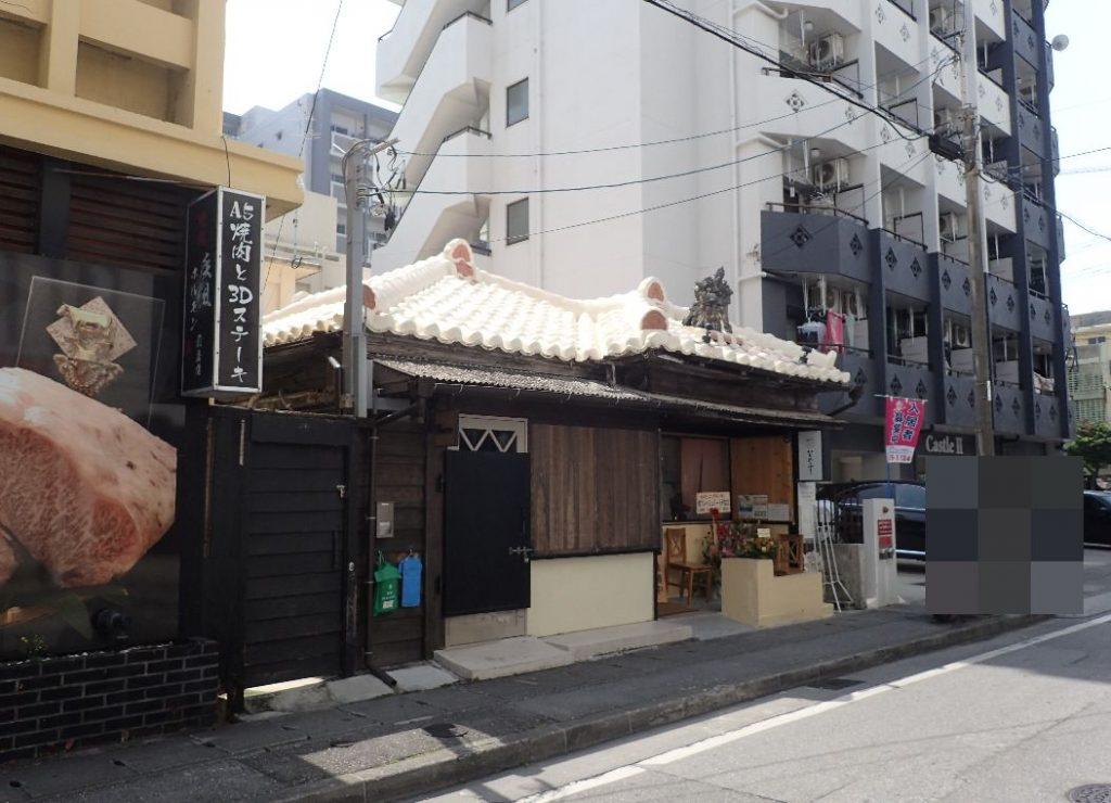 赤瓦にシーサーが鎮座する沖縄古民家風の店舗外観