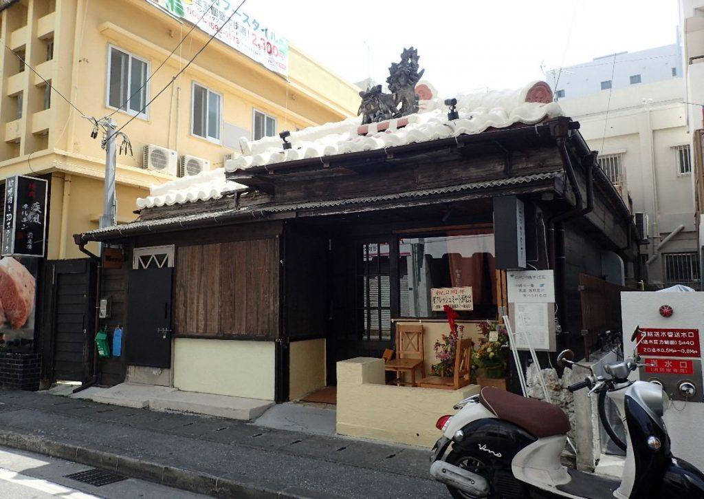 """営業前に客が訪れる""""開店待ち""""が発生する沖縄そば屋"""