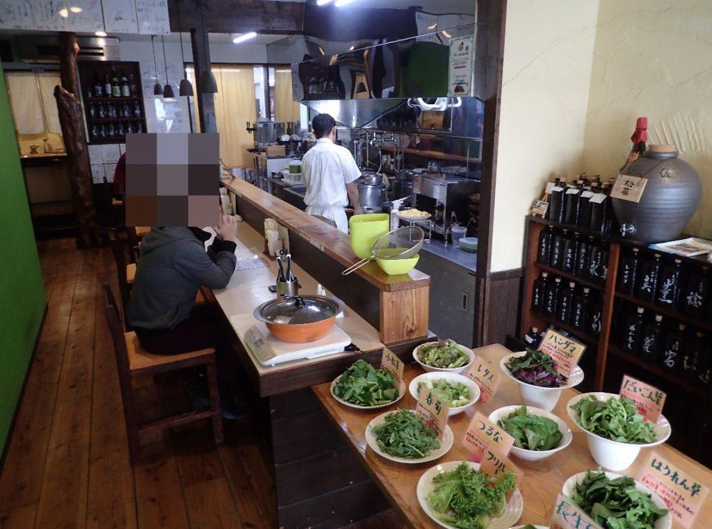 いしぐふー前島店内は奥に細長く、カウンターと厨房のみ