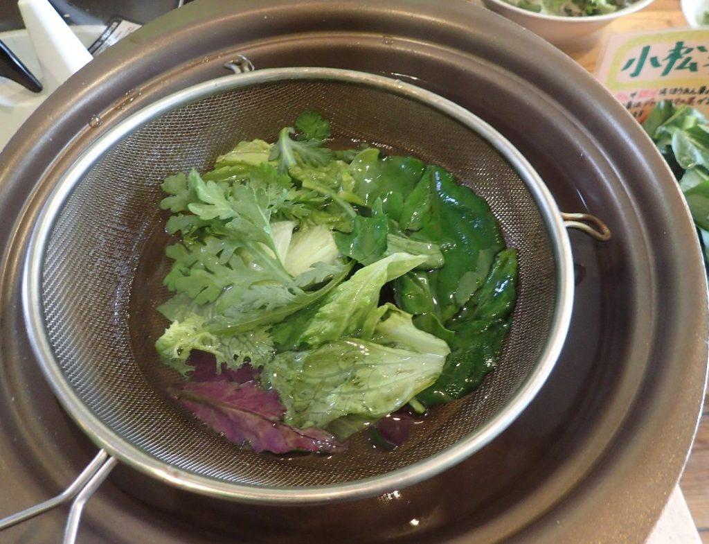 取り分けた島野菜をお湯にくぐらせてシャブシャブ、シャブシャブ