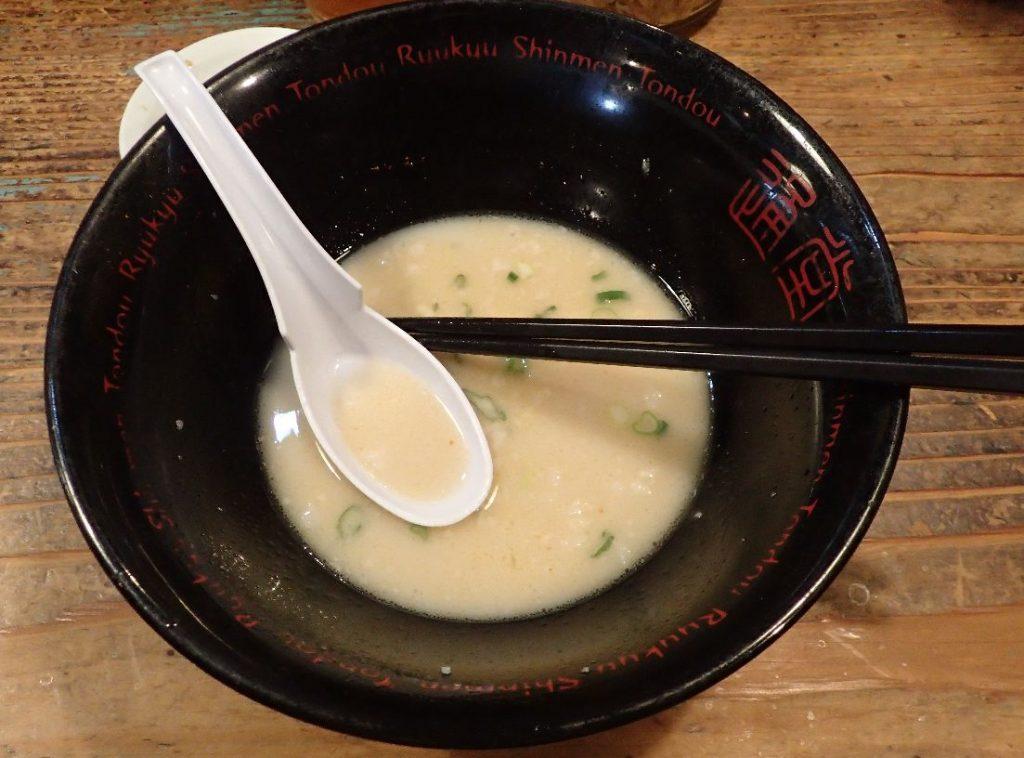 麺を食べ尽くしてスープが残ったラーメンの器