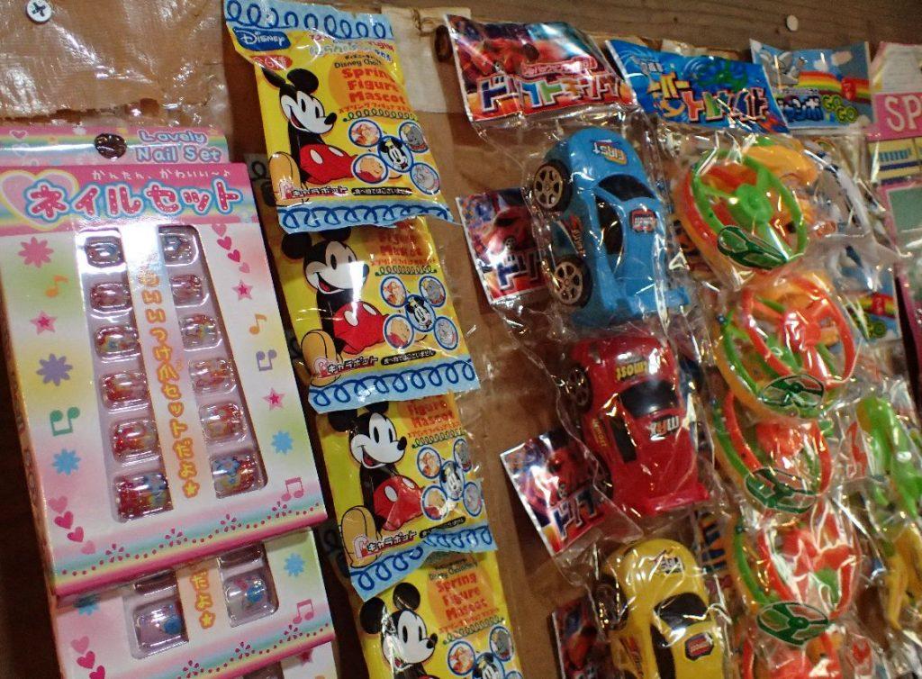 駄菓子屋で見かけるPOPな玩具・オモチャは商品?