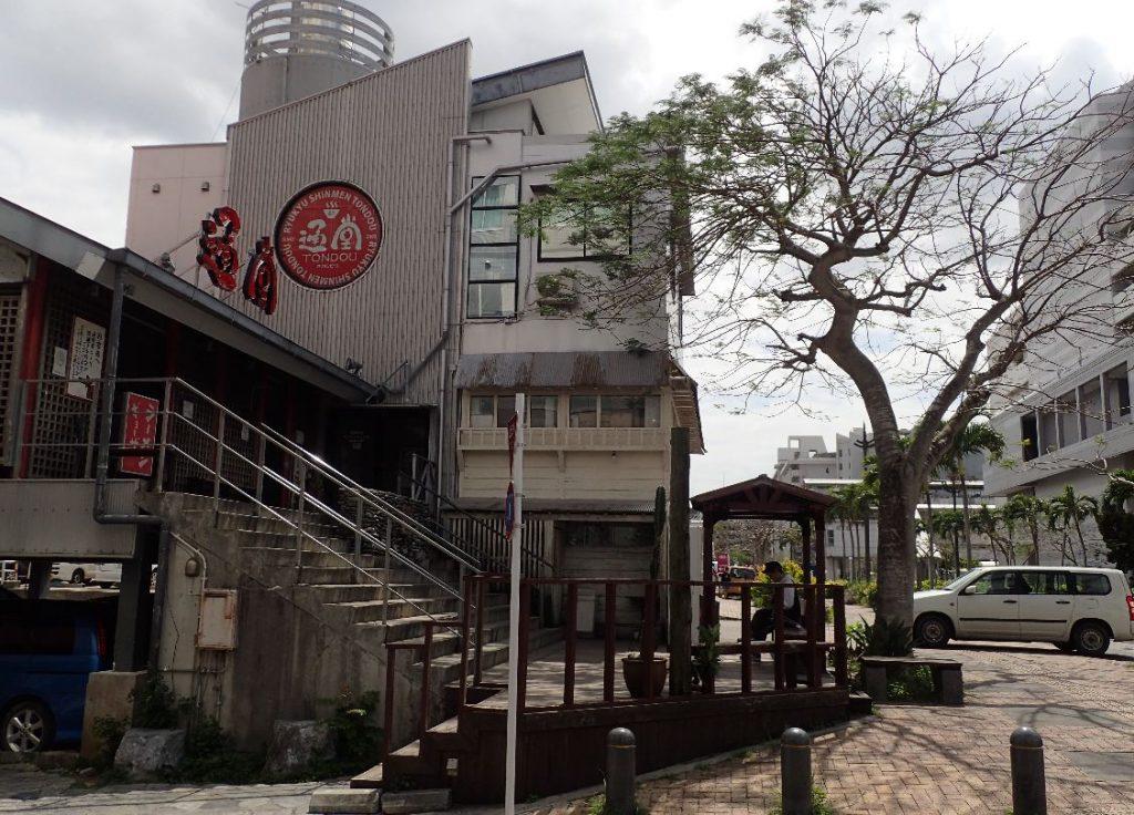 イオン那覇店の隣に位置する沖縄ラーメン屋さん通堂(とんどう)小禄店