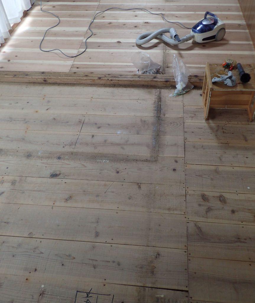 古い畳を外して畳下板が剥き出しになった状態の写真