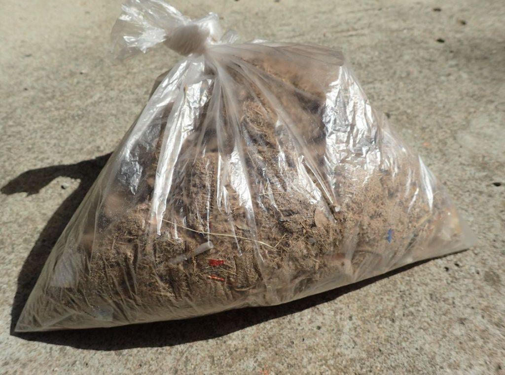 畳の下からはビニール袋いっぱいのゴミが収穫できた