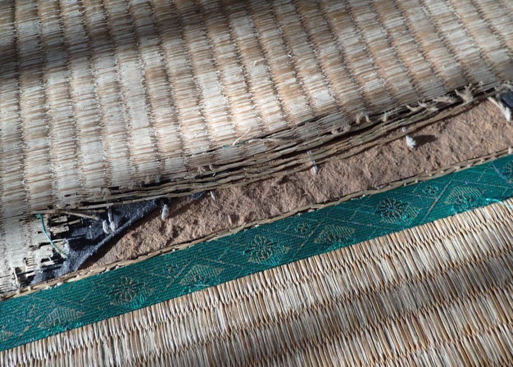 破けた上を何年にも渡って歩き続け修復不可能なほど裂けた畳