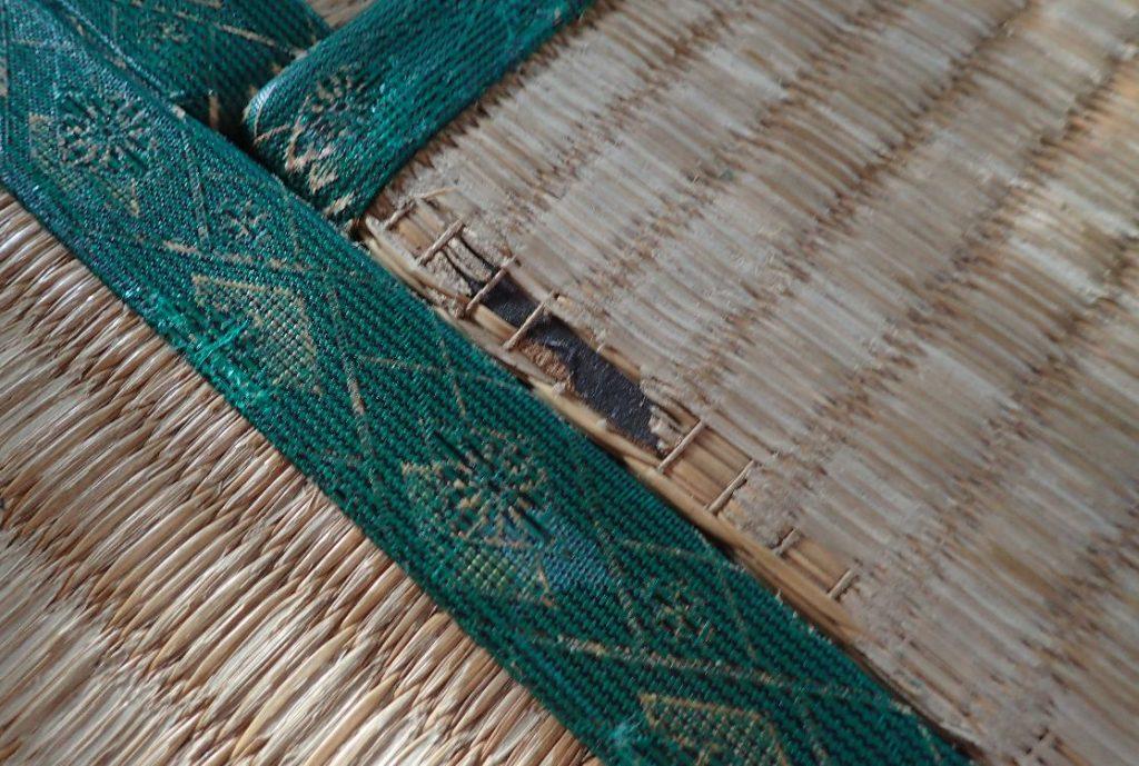 物を引きずって破れた畳の縁
