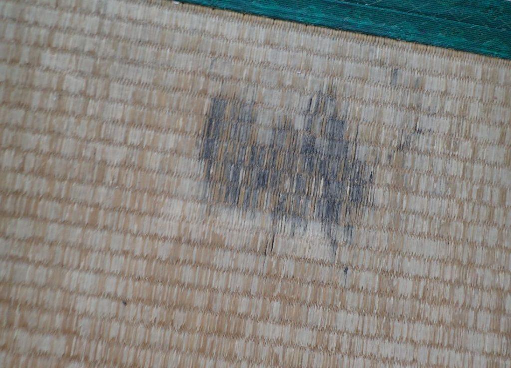 謎の?黒い染みが消えずに残った畳の一部