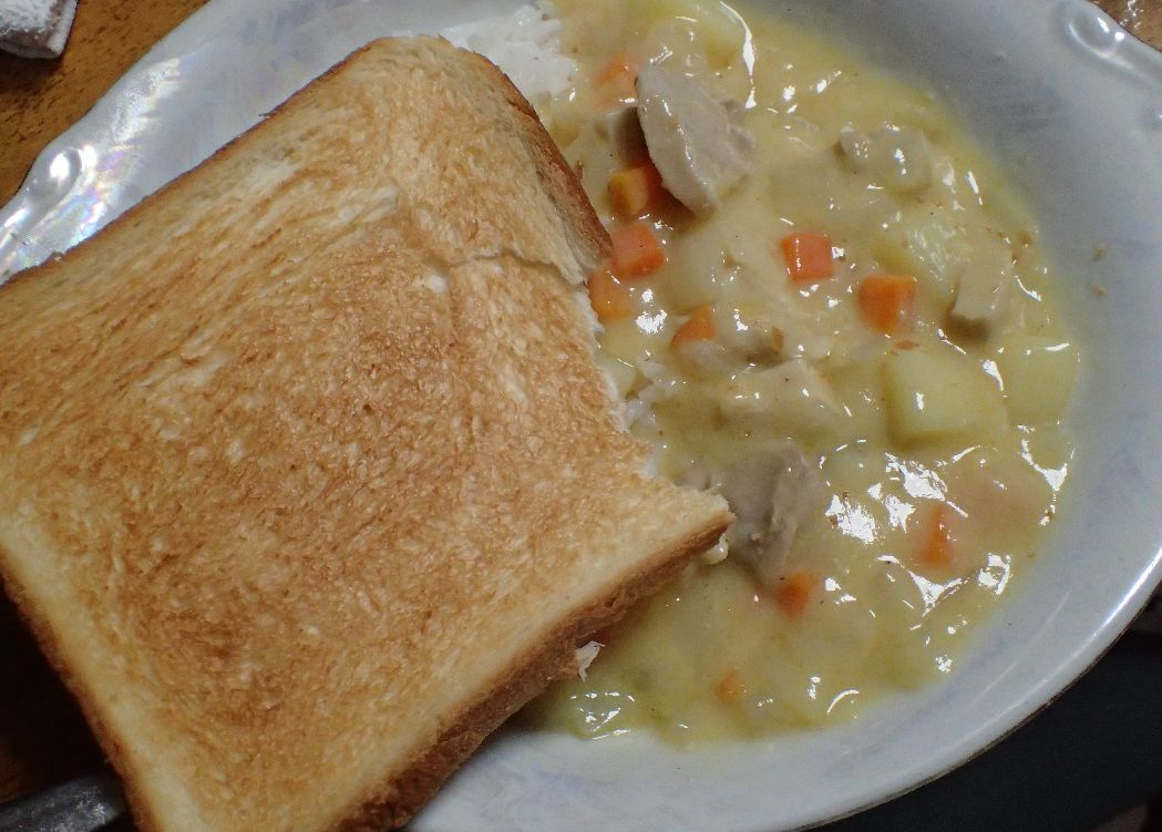 カリカリに焼いた食パンとチーズィーチキンの組み合わせも悪くない