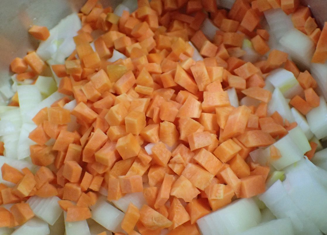 食べやすいように切った玉ねぎ、人参などの野菜を炒める
