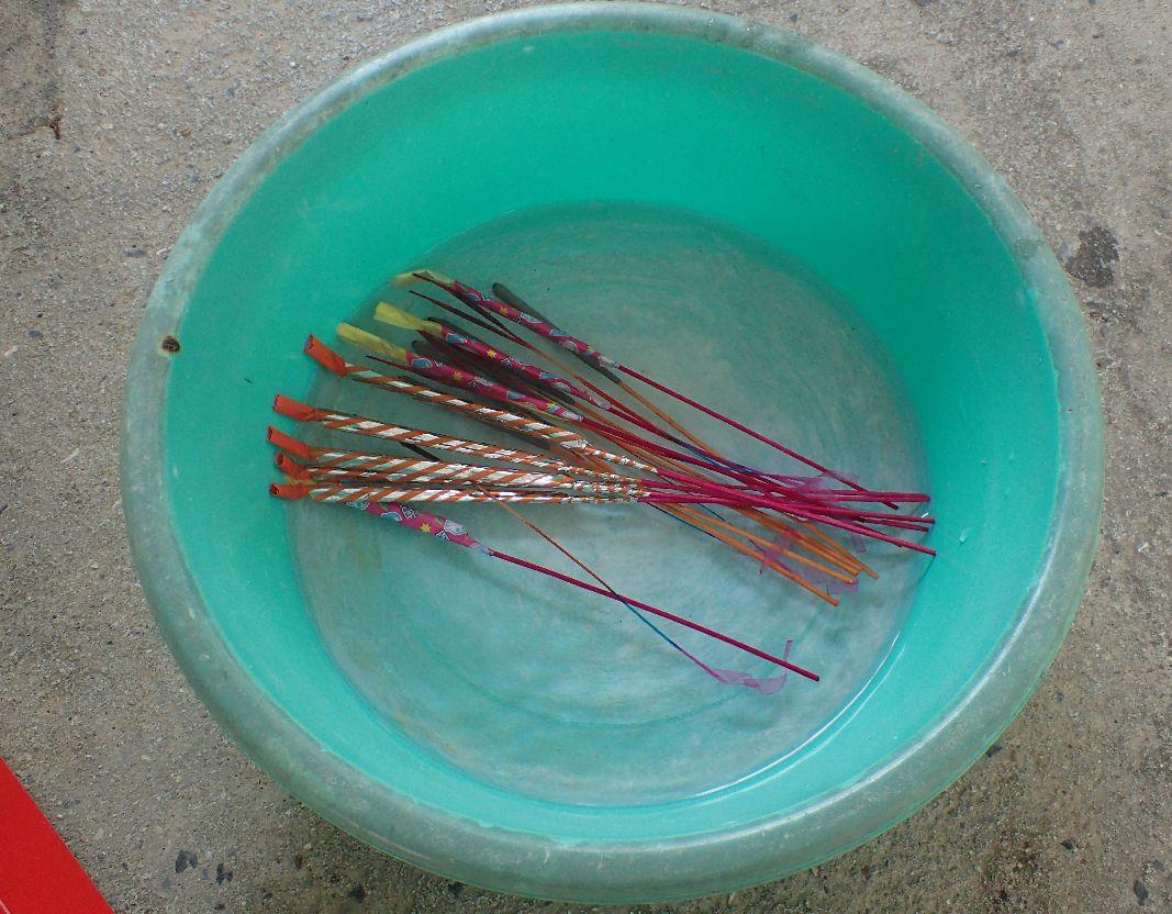 バケツ一杯に水を入れ花火を全て浸す