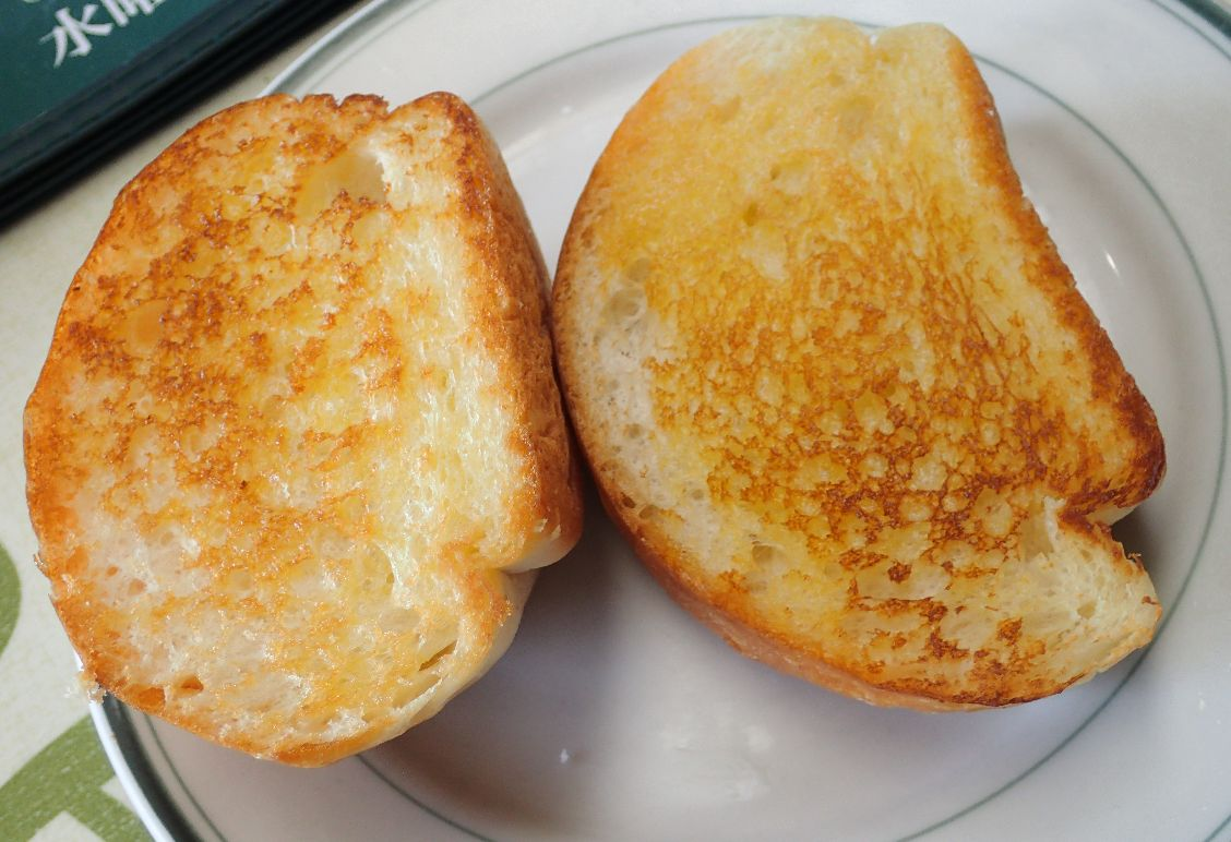 カリカリに焼かれたパン・トースト