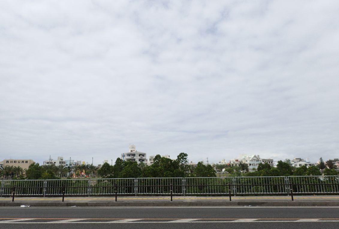 道向にはマングローブ生い茂る報得川(むくえがわ)が広がる