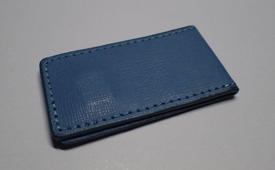 愛用中している革製の青いマネークリップ ※磁石