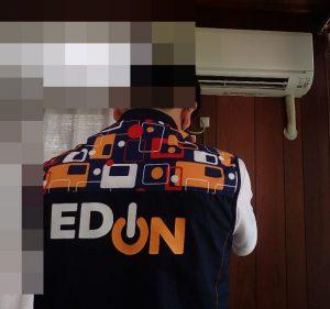 EDION(エディオン)スタッフがエアコンの動作確認をする様子