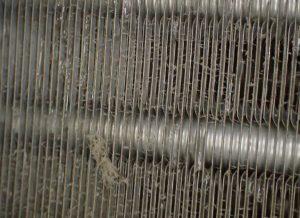 スプレー前のエアコン熱交換器(フィン)の写真