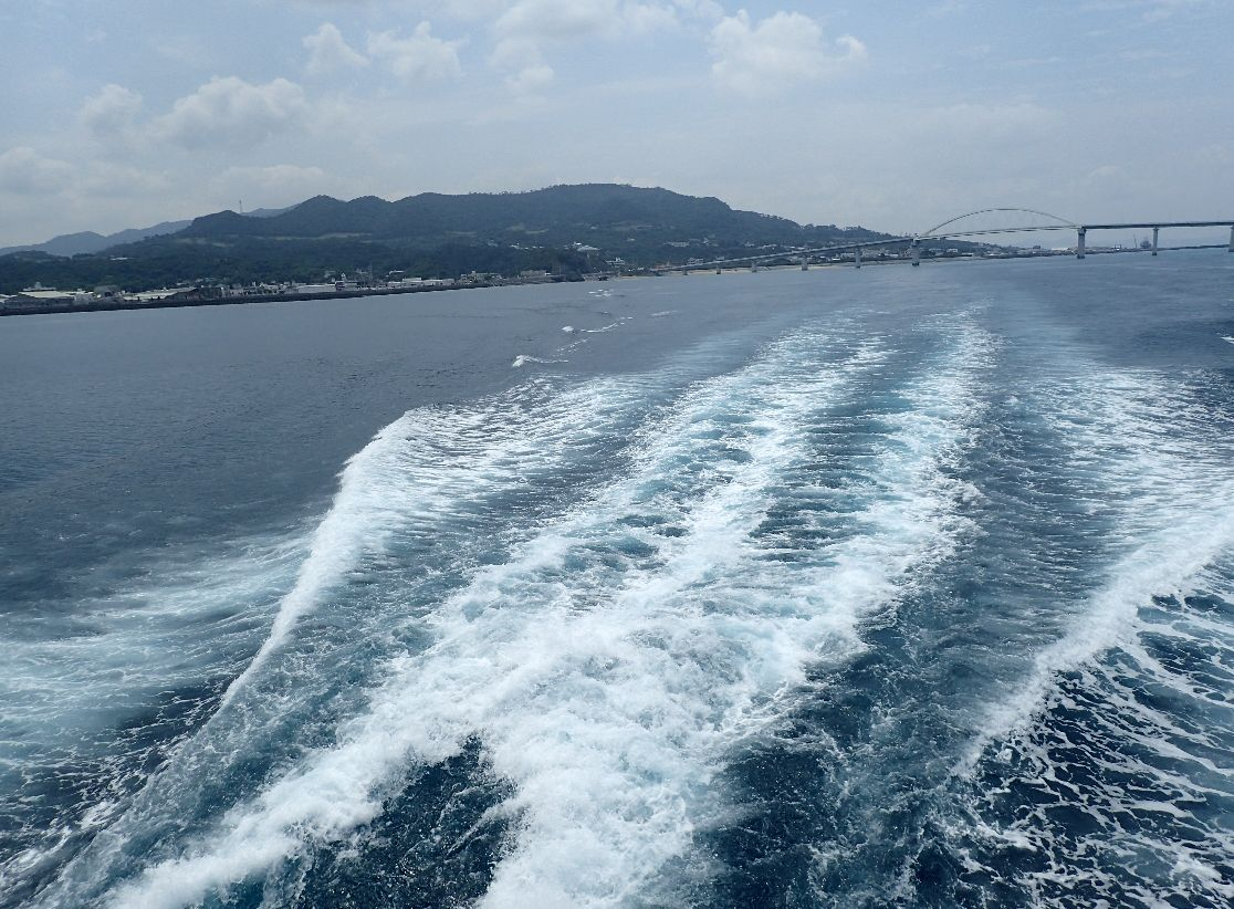 本部町を離れる伊江島フェリーの波しぶき