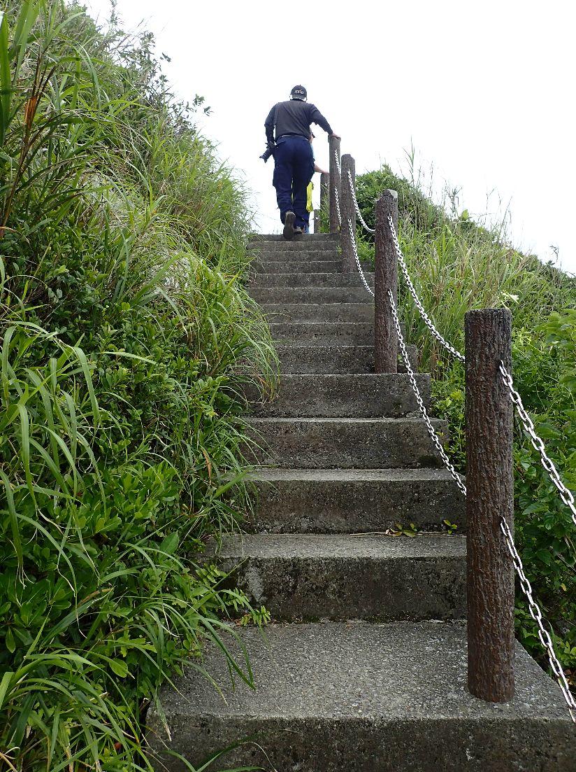 伊江島タッチューの頂上へ続く石階段