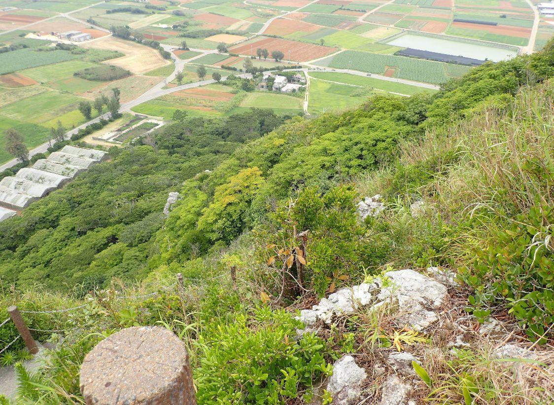 伊江島タッチュー頂上付近から見下ろした風景