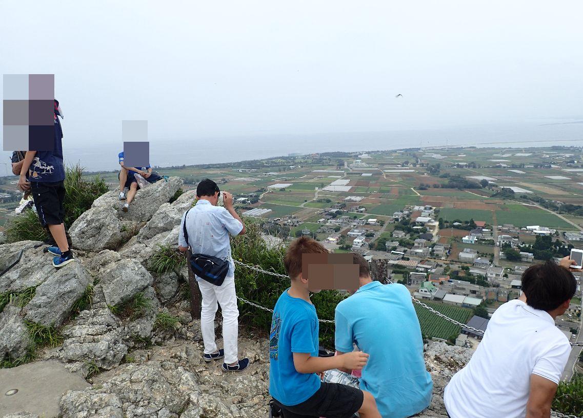 伊江島タッチューの頂上で寛ぐ登山者たち