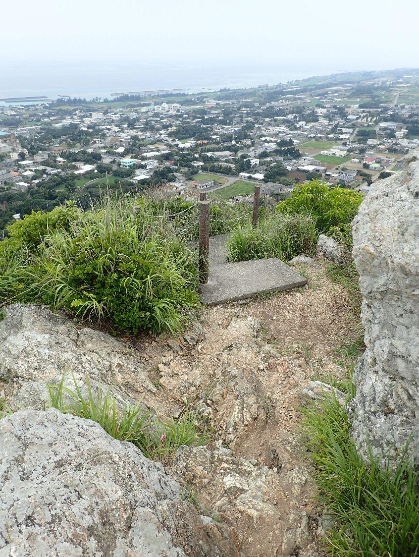頂上はゴツゴツした岩場で歩きにくい。転倒に注意が必要だ