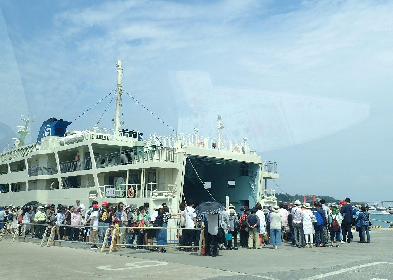 本部港発、伊江島行きフェリーに乗り込む乗客たち