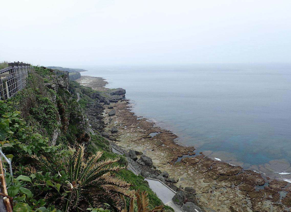 60メートルの断崖絶壁を見下ろす
