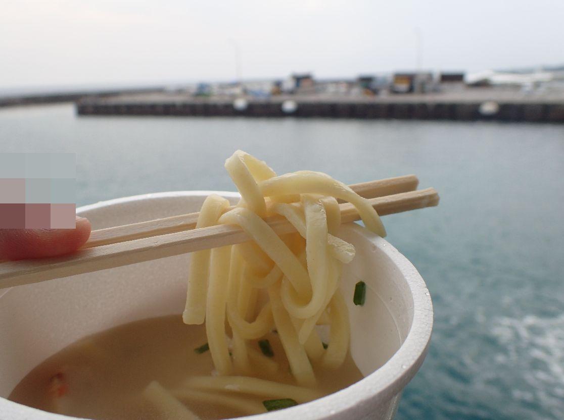 海の上、船の上で潮風にあたりながら食べると美味しさが増す(笑)!