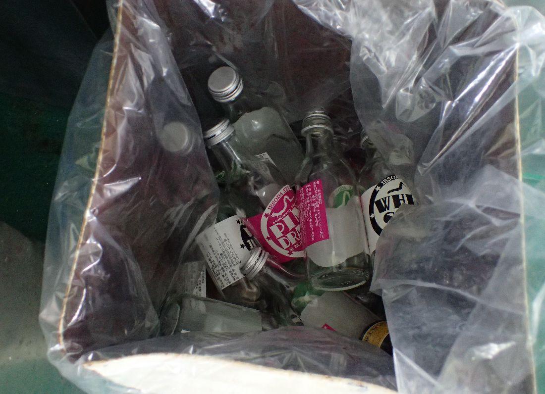 フェリー内のゴミ箱でも多数見かけた(笑)